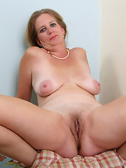 Horny mature fucks and stuffs her pussy
